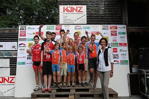 Die Mountainbike-Landesmeister 2013 mit Sportlandesrätin Bernadette Mennel. Fotos: schwämmle