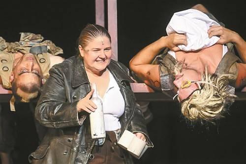 """Die Premiere von Bertolt Brechts """"Mutter Courage und ihre Kinder"""" (mit Adelheid Bräu) fand gestern Abend am Landestheater statt. Foto: VN/Steurer"""