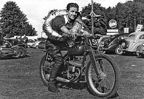 """Die Sensation beim Solitude-Rennen 1949: """"Nobody"""" Leo Vinatzer gewinnt die 125-ccm-Klasse. Foto: bildarchiv noger"""