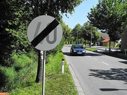 Die erlaubte Höchstgeschwindigkeit von 50 km/h auf der L 64 in Altenstadt wird nicht reduziert. Foto: sm