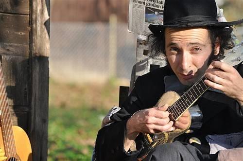 """Diesen Sonntag steht eine Kulturwanderung mit dem Musikclown Andreas Paragiodakis aus Kreta auf dem Programm der Veranstaltungsreihe """"berge.hören"""". foto: bludenz kultur/carolin begle"""