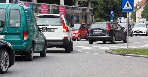 Mit Anreizen sollen Autofahrer zum Wechsel auf Öffis und Rad animiert werden. Foto: VN/Steurer