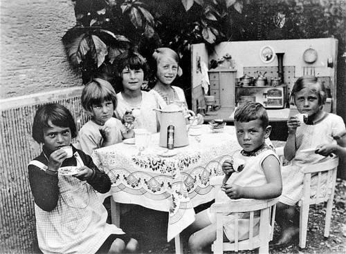 """Dornbirn in den 1930er-Jahren: Fünf Mädchen und ein """"Hahn im Korb"""" genießen die Jause in der Puppenküche. Foto: Stadtarchiv Dornbirn"""