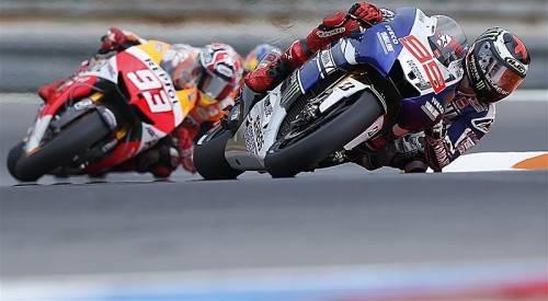 Duell in extremer Schräglage zwischen Jorge Lorenzo (r.) und Dani Pedrosa. Foto: ap