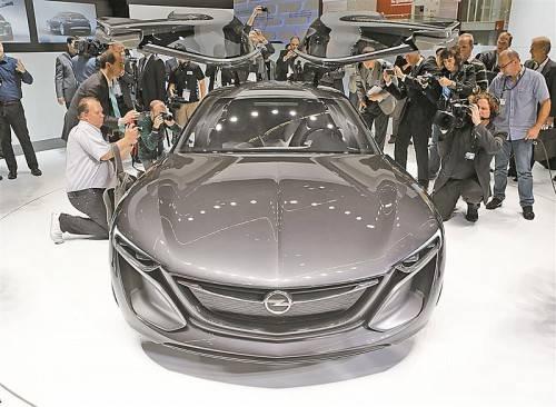 Ein Flügeltürer soll Opel beim Start in eine bessere Zukunft Flügel verleihen. Die Gegenwart ist das überarbeitete Flaggschiff Insignia (kl. Bild).