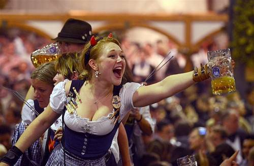 Eine Maß Bier kostet auf dem Oktoberfest heuer im Durchschnitt 9,66 Euro. Doch das tut der Feierlaune keinen Abbruch. Foto: dpa