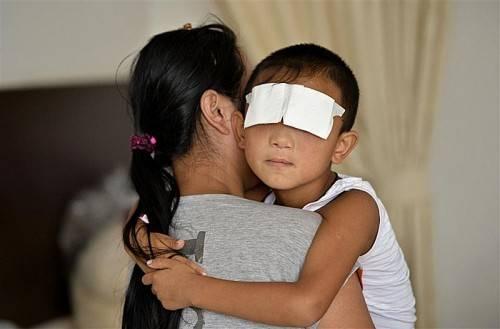 Eng umschlungen hält Guo Bin seine Mutter Wang Wenli. Foto: REUTERS
