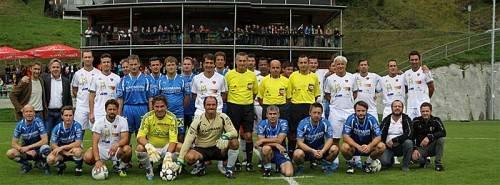 """Erinnerungsfoto für das """"Familienalbum"""" anlässlich der Sportplatzeinweihung des Kaufmann FC Bizau. Fotos: Knobel/4"""