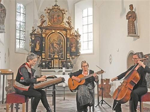 Evelyn Fink-Mennel, Wilma Fink und Isabella Fink beendeten gestern Nachmittag die Konzertsaison in der Kirche St. Corneli in Feldkirch-Tosters mit einem außergewöhnlichen Programm. Foto: VN/Dietrich