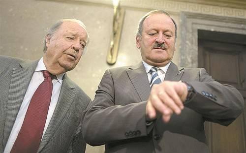 Ex-Verkehrsminister Hubert Gorbach (früher FPÖ/BZÖ) mit seinem Anwalt Herbert Eichenseder (l.) vor seinem Auftritt als Zeuge. Foto: APA