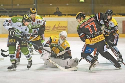 Feldkirchs Torhüter Bernhard Bock im Mittelpunkt – die VEU braucht einen Goalie, der gut bei Laune ist. Foto: stiplovsek
