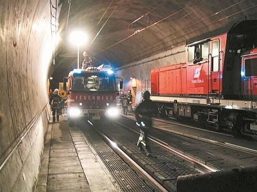 Feuerwehrübung im Blisadonatunnel im Jahr 2004: Löschwasserleitung muss um mehr als 100.000 Euro repariert werden. Foto: VN/Josef Walser