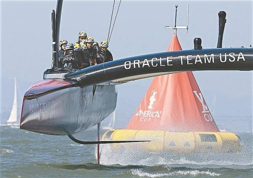Fliegend über die Ziellinie: das Oracle-Syndikat schaffte beim America's Cup mit einem unglaublichen Comeback die Titelverteidigung. Foto: ap