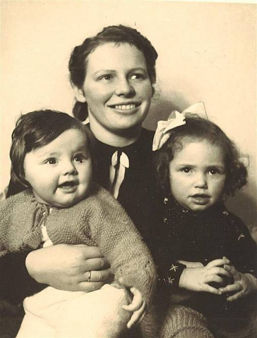 Frau Stückler (r.) 1942 mit ihrer Mutter und ihrem Schwesterchen.