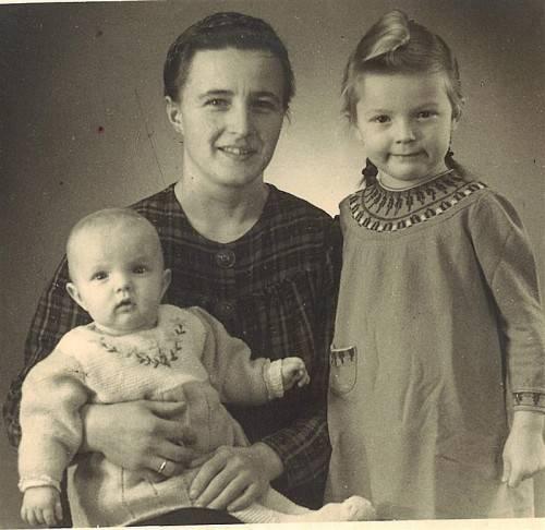 Frau Sutterlüty 1942 mit ihrer Mutter und Schwesterchen Lydia.