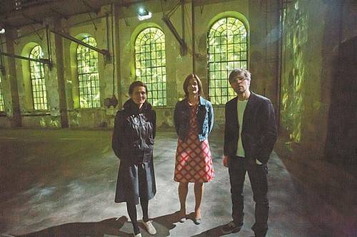 Gabriela Gerber, Kuratorin Katharina Ammann und Lukas Bardill hüllen die alte Montagehalle in wuchernde Sprossen. Foto: VN/Steurer