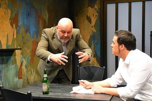 Gespräch zwischen Alt und Jung vor dem Hintergrund globaler Machtverschiebungen: Günter Baumann und Benedikt Uy. foto: Theater Kosmos, Gerhard Kresser