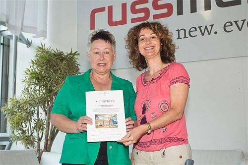 Gewinnerin Silvia Monz (links) mit Rezeptheft-Redakteurin Patrizia Gunz. Foto: VN/Steurer