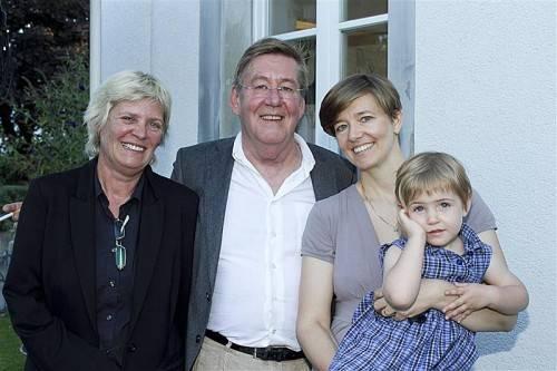 Gottfried Bechtold mit Galeristin Andrea Romagna-Miessgang (l.), Tochter Ulrike und Enkelin Greta. FOTOS: FRANC