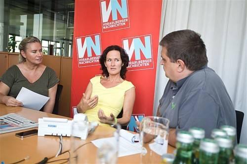 Grünen-Chefin Eva Glawischnig am VN-Telefon und im Gespräch mit CR Verena Daum-Kuzmanovic und Andreas Scalet. Foto: VN/Steurer