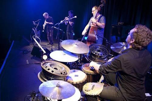 Helge Andreas Norbakken wird begleitet von Herbert Walser-Breuss (Trompete), Florian King (Bass) und Andreas Krennerich (Saxofon). foto: veranstalter