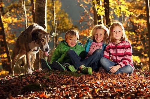 Herbstliche Kühle sollte keine Ausrede sein, denn der Aufenthalt in der frischen Luft tut dem kindlichen Körper gut. Foto: Ludwig Berchtold