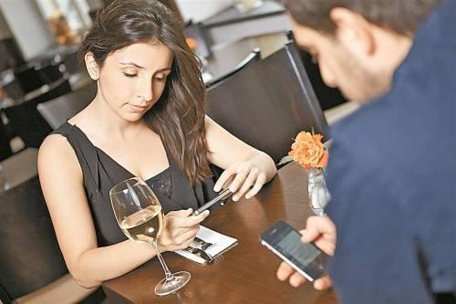 Immer öfter lassen Smartphones analoge Kommunikation erst gar nicht aufkommen.