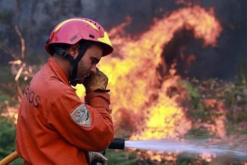In der Nähe von Porto kämpfen die Löschmannschaften noch immer gegen einen größeren Waldbrand. Foto: EPA