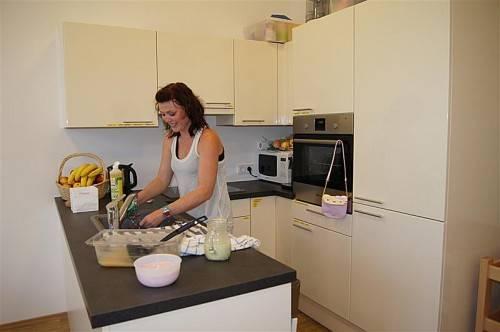 In der schönen Küchenecke kann die gesunde Jause vorbereitet werden. Foto: eh
