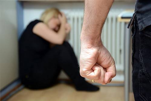 Ein 39-Jähriger wird am Bezirksgericht Dornbirn beschuldigt, seine ehemalige Lebensgefährtin und deren Kinder misshandelt zu haben. Symbol/vn