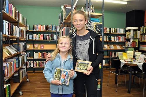 Johanna und Franziska haben Karten vom Wörthersee und aus Dornbirn geschickt. Foto: lcf