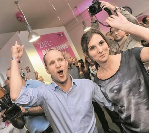 Jubel bei den NEOS: Matthias Strolz mit Ehefrau Irene.
