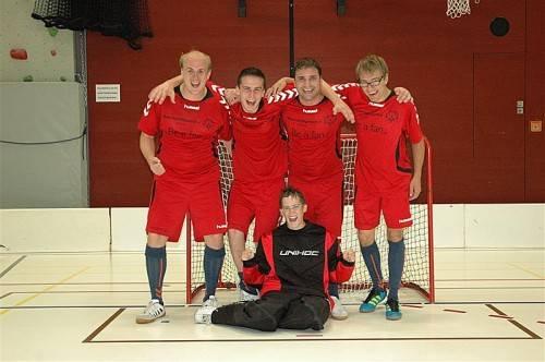Jürgen Rojko, Alexander Hehle, Thomas Praxmarer und Dominic Rajh (stehend von links) mit Torfrau Johanna Pramstaller. Foto: Privat