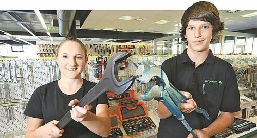 Karin Rigo und Florian Ganahl zeigen, mit welch großformatigen Produkte man in ihrem Beruf mitunter zu tun hat. FOTOS: BERND HOFMEISTER