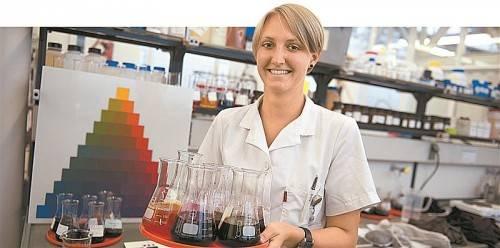 Katharina Rädler hat nach der Matura mit einer Textilchemikerlehre begonnen. Mittlerweile ist die 22-Jährige ausgebildete Fachkraft. FOTOS: RHOMBERG