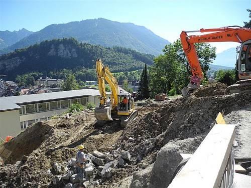 Kräftig gebaggert wird am Feldkircher Ardetzenberg: Das Institut St. Josef bekommt einen neuen Sonderklassentrakt. Foto: SM