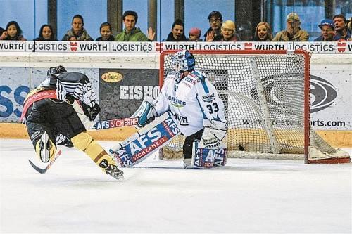 Luciano Aquino als Sieger im Eins-zu-eins-Duell gegen Linz-Goalie Lorenz Hirn – der Torjäger trifft zum 2:2-Ausgleich. Foto: gepa