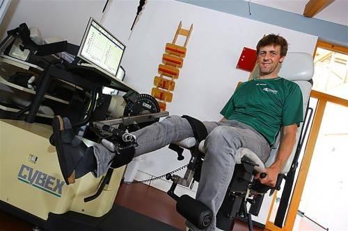 """Marcel Fischer auf dem """"Cybex Norm"""". Das ausgeklügelte Test- und Trainingsgerät ist in Vorarlberg das einzige seiner Art. Foto: VN/HOfmeister"""