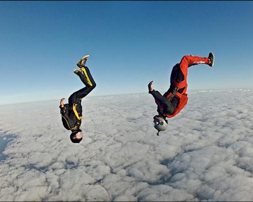 Marco Fürst (links) und Felix Seifert im freien Fall (großes Bild) und dann jubelnd bei der Siegerehrung. Fotos: Patrick Kosmus/2