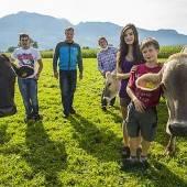 Familie Ilg lässt Besucher selber füttern und melken