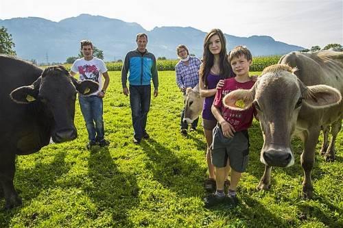 Matthias, Peter, Sabine, Theresa und Lukas Ilg bei ihren Kühen auf der Weide. Fotos: MK