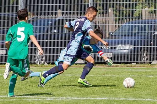 Maurice Mathis geht am Torhüter vorbei und erzielt einen seiner beiden Treffer gegen die Alterskollegen von Rapid. Fotos: Shourot/2