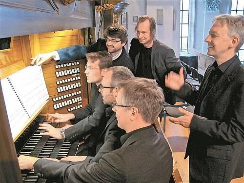 Michael Floredo (hinten Mitte) schuf ein Werk für drei Organisten, das unter Matthias Giesen und Andreas Etlinger aufgeführt wurde. Foto: jU