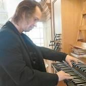 Drei Organisten an einer Orgel