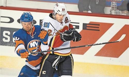 Michael Grabner (l.) muss sich gegen Lee Stempniak wehren. Foto: ap
