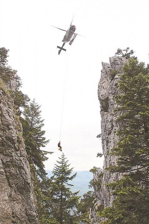 Mit dem bis zu 70 Meter langen Bergetau wird der Flight Operator vom Helikopter zur zu bergenden Person abgeseilt. Foto: VN/Hofmeister