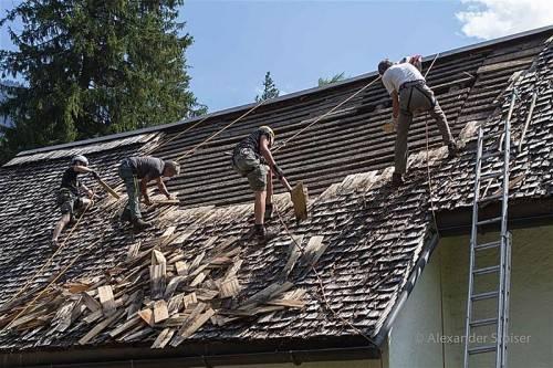 Mitglieder der Bergrettung Vandans deckten das Dach der Venser Kapelle ab. Foto: sto