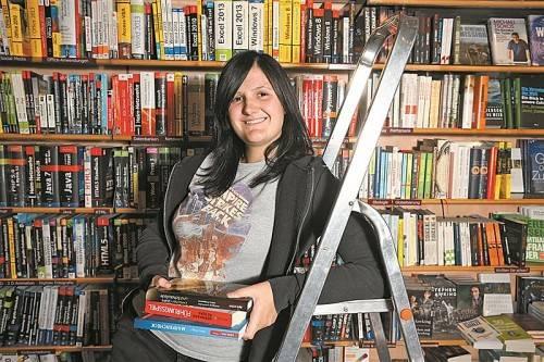Mitten unter Büchern – ein Ort, wo Rhena Maier sich ausgesprochen wohlfühlt. Fotos: VN/Hartinger