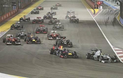 Nach dem Start war der Grand Prix in Singapur kurz spannend: Nico Rosberg (r.) schob sich an Sebastian Vettel vorbei, der Red-Bull-Pilot konterte aber prompt. Foto: ap