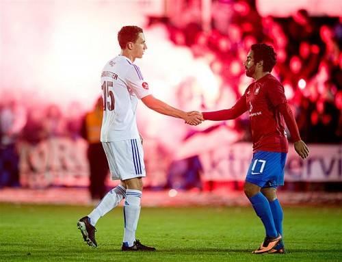 Nach einem hitzigen Cupspiel verabschiedet sich Georg Margreitter (links) von Hvidovre-Spieler Azad Corlu. Foto: gepa